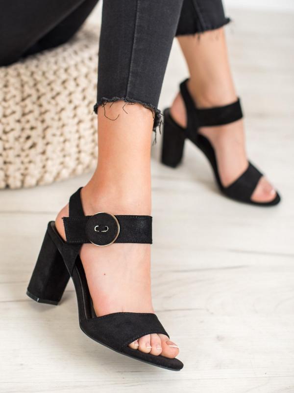 Čierne sandále na stĺpci Vinceza