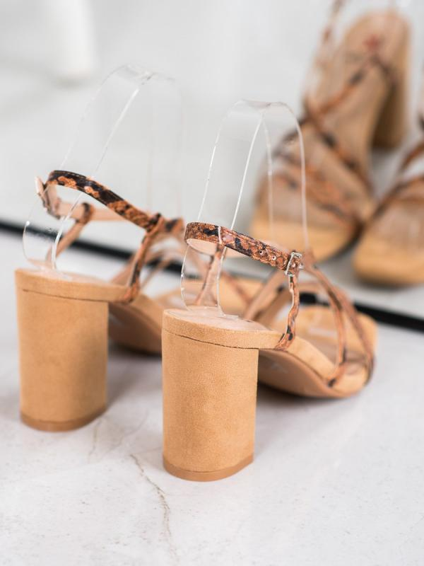 Sandálky na stĺpci s hadím vzorom